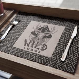 Logo-art sur un set de table pour le Wild Lodge.