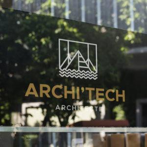 Logo Architecte blanc sur une vitrine en verre