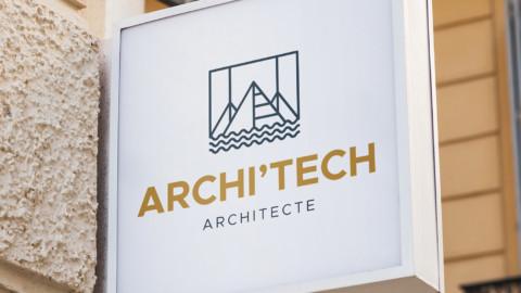 Panneau extérieur avec l'enseigne d'un cabinet d'Architecte